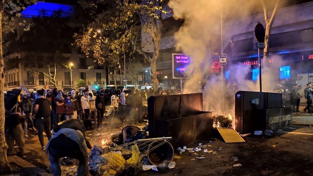 EuropaPress_2441573_barricada_barcelona_plaza_urquinaona-calle_pau_claris_sexta_noche_protestas