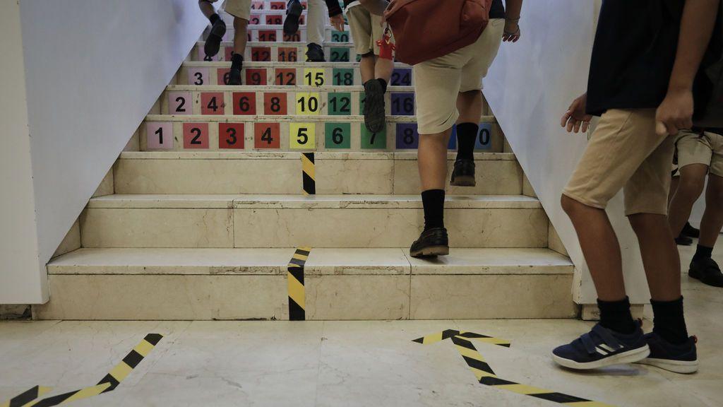Identificación, turnos y circuitos: así coordinan los colegios la entrada y recogida de alumnos en la era de las mascarillas