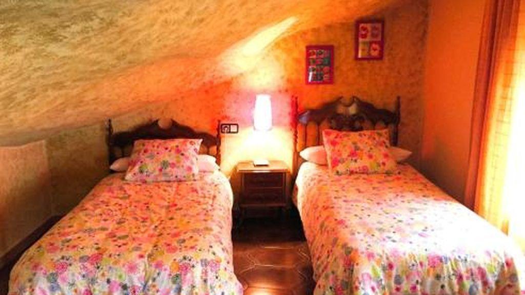 """Una habitación de las casa rural """"Cuevas del Sol"""""""