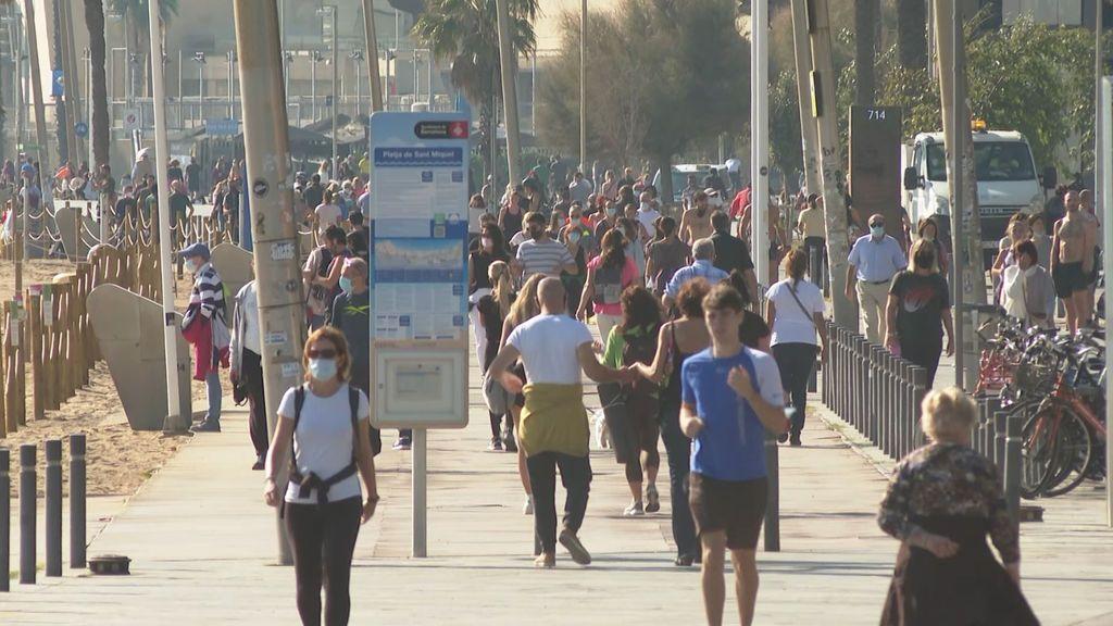 Barcelona se echa a la calle pese a las advertencias sanitarias