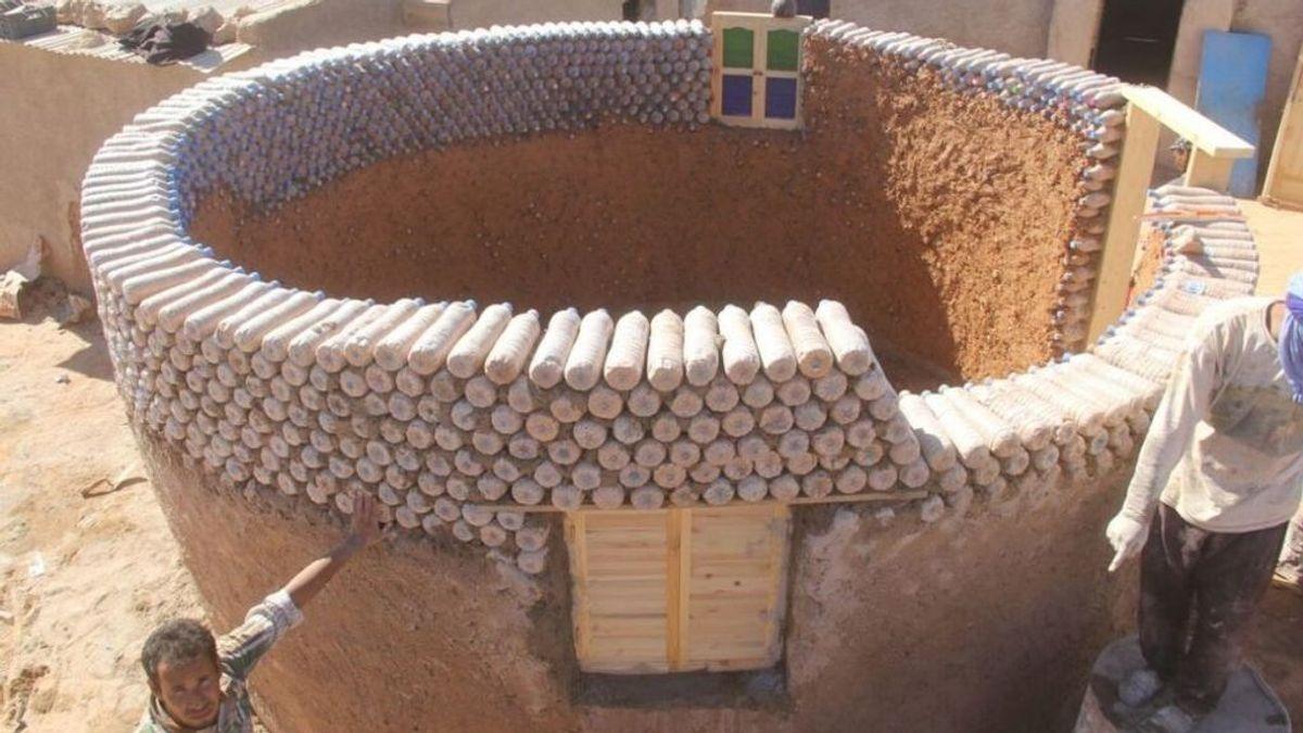 Sostenible y práctico: este ingeniero usa botellas de plástico para construir casas en el desierto
