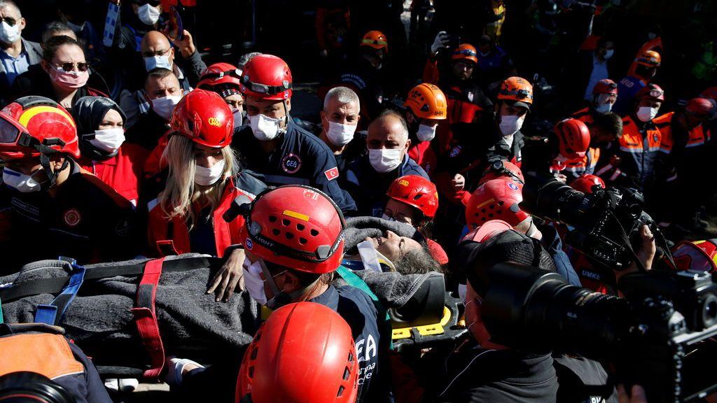 Un vídeo recoge el rescate de una chica de 16 años tras 17 horas atrapada bajo los escombros de su casa