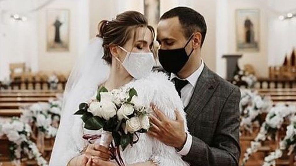 Las bodas con mascarilla son una realidad más que evidente.