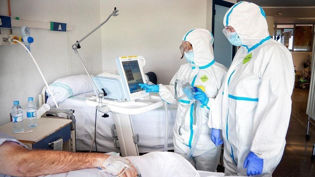Sanitarios en una habitación de hospital