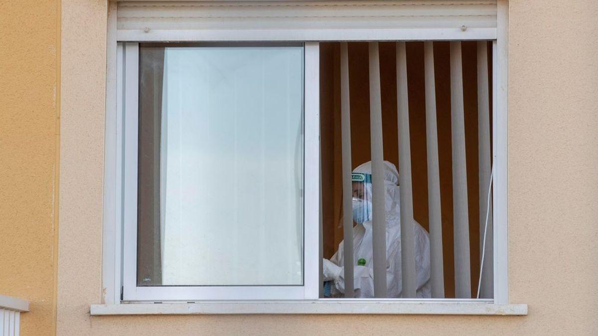 Una trabajadora en una habitación de una residencia de mayores