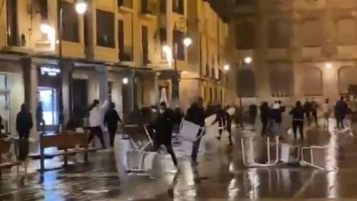 Lanzamiento de bengalas o vuelco de vallas: los altercados producidos por decenas de jóvenes en León