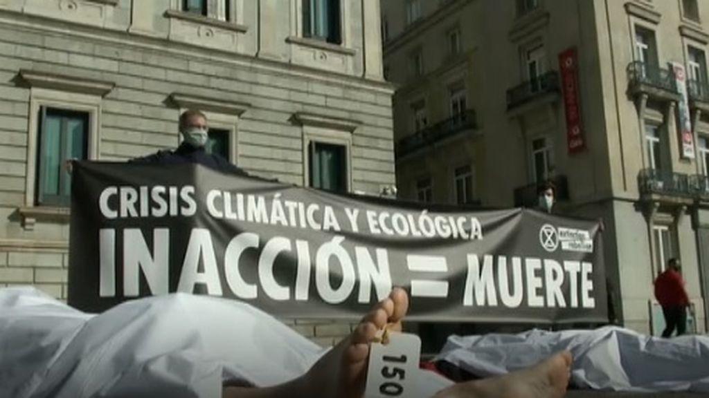 Extinction Rebellion representa con 'cadáveres' frente al Congreso las muertes por la crisis climática