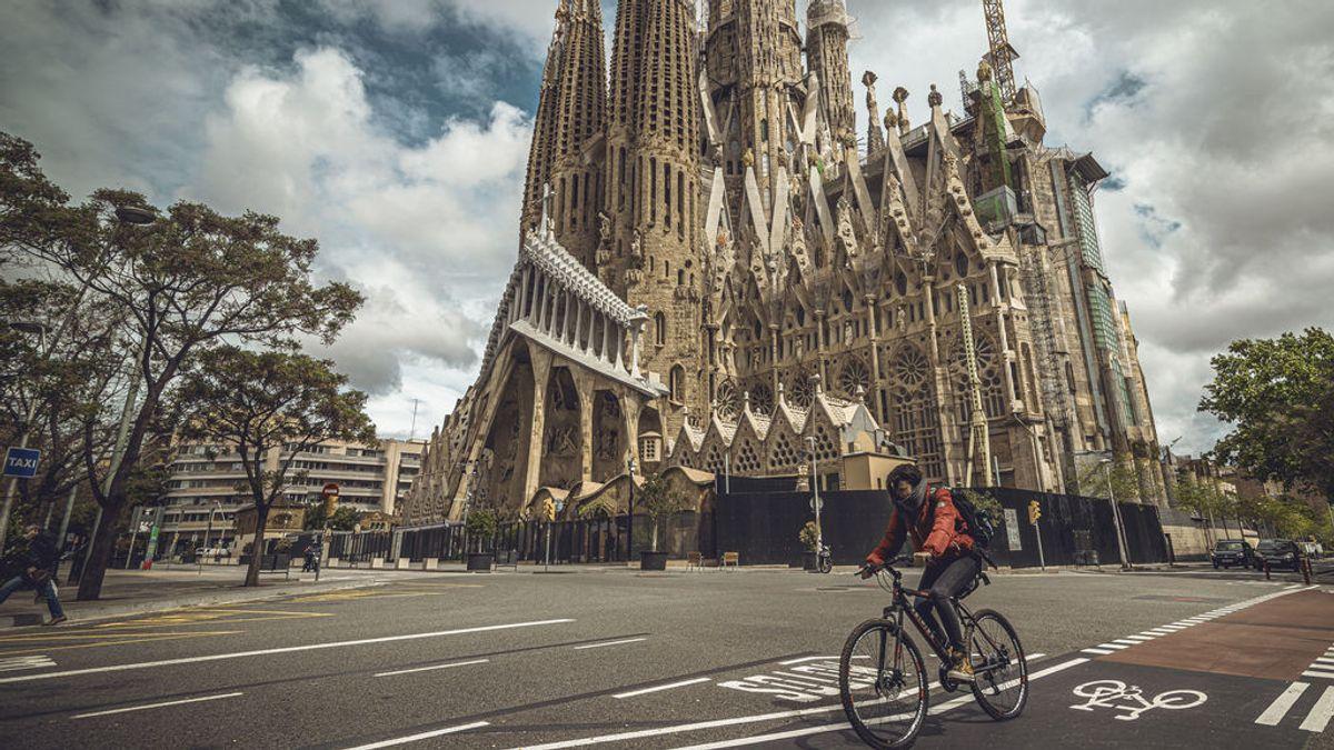 EuropaPress_2867456_22_april_2020_spain_barcelona_biker_rides_past_deserted_sagrada_familia