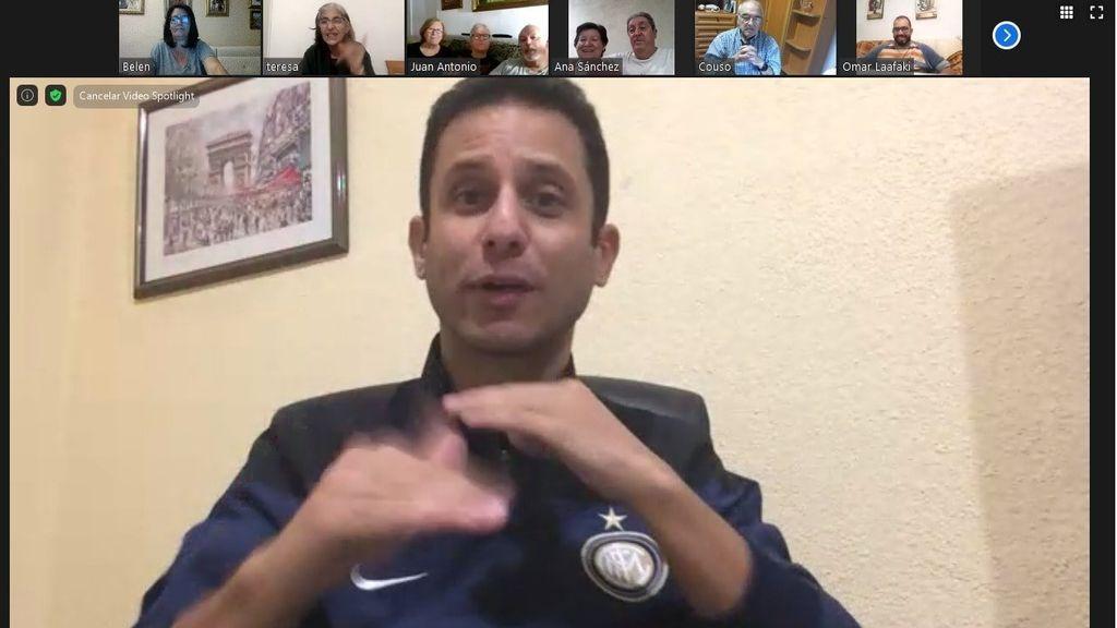 Alejandro Fernández impartiendo un taller de videollamadas