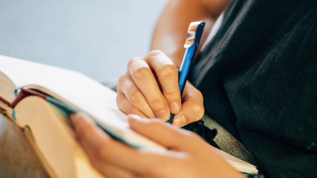 Mejores habilidades, concentración y menos estrés: los beneficios de escribir a mano, por una experta