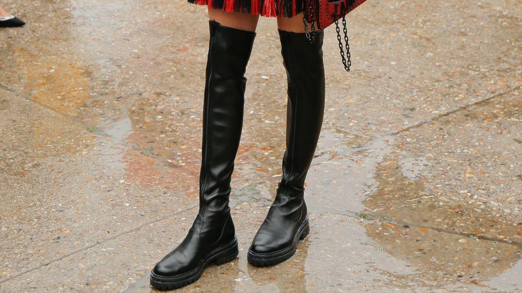 Planas, de caña alta o con tacón: descubre dónde encontrar y cómo combinar las botas negras que triunfan este invierno