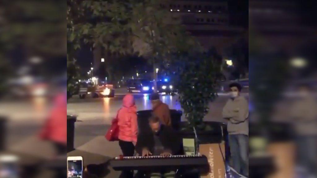 """Peter, el pianista callejero de los disturbios en Barcelona, tras volverse viral: """"Tenía que seguir tocando por mi público"""""""