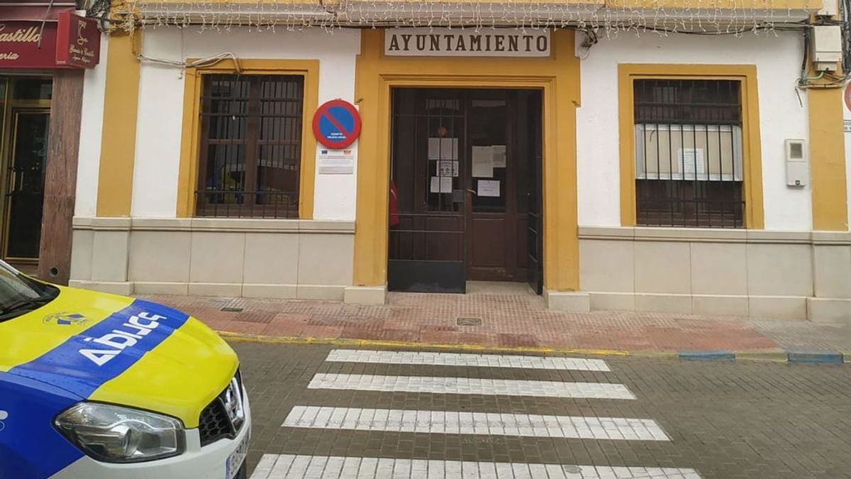 """Seguridad privada en un pueblo de Sevilla para que los positivos cumplan la cuarentena: """"Mejor multar que enterrar a los vecinos"""""""