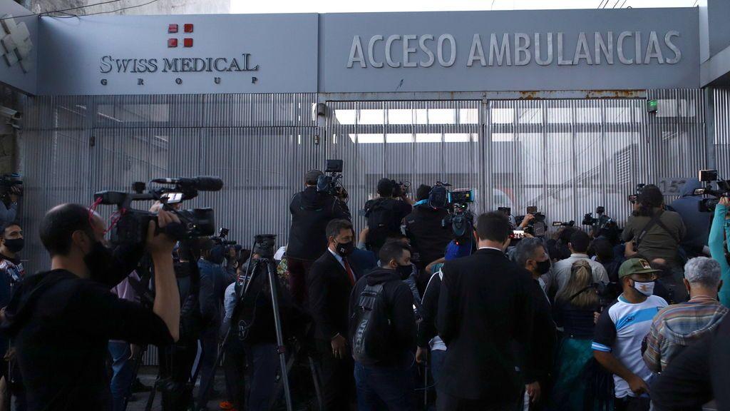 Fanáticos de Maradona se reúnen a las afueras de la clínica.