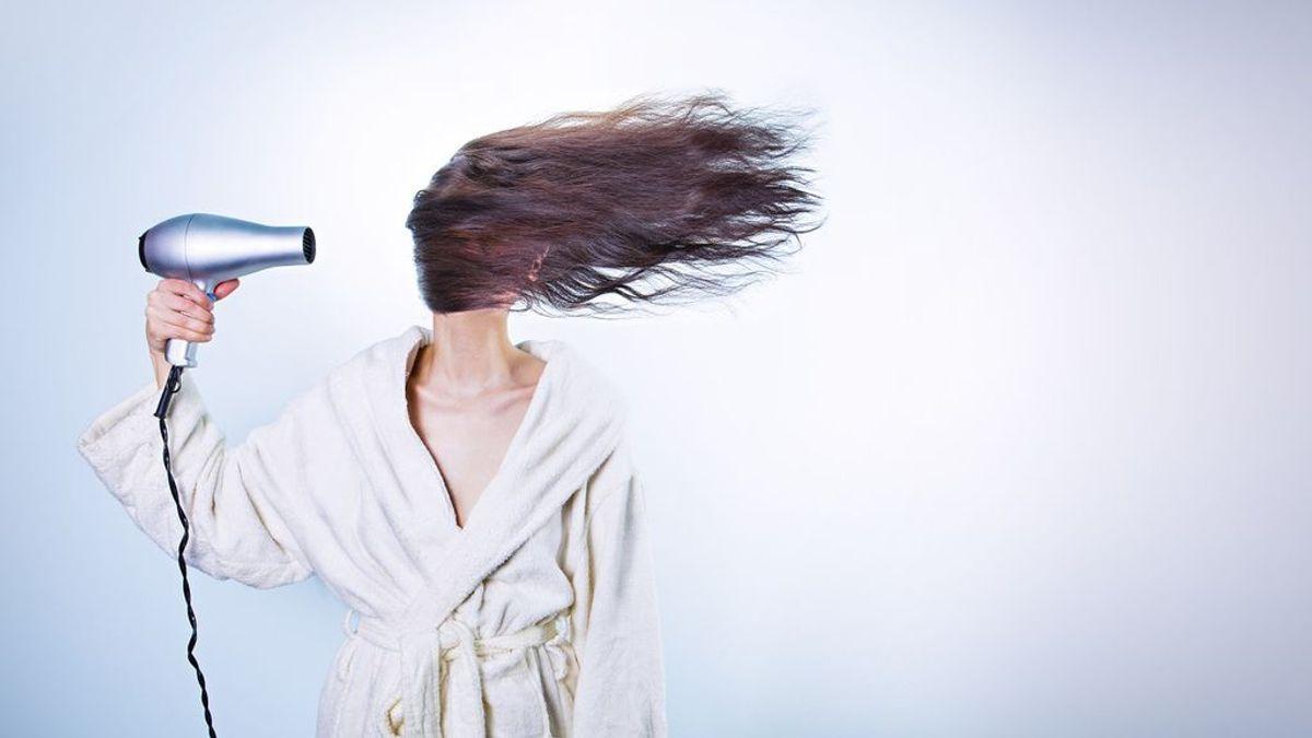 Caspa en el pelo: sus múltiples causas y tratamientos para combatirla