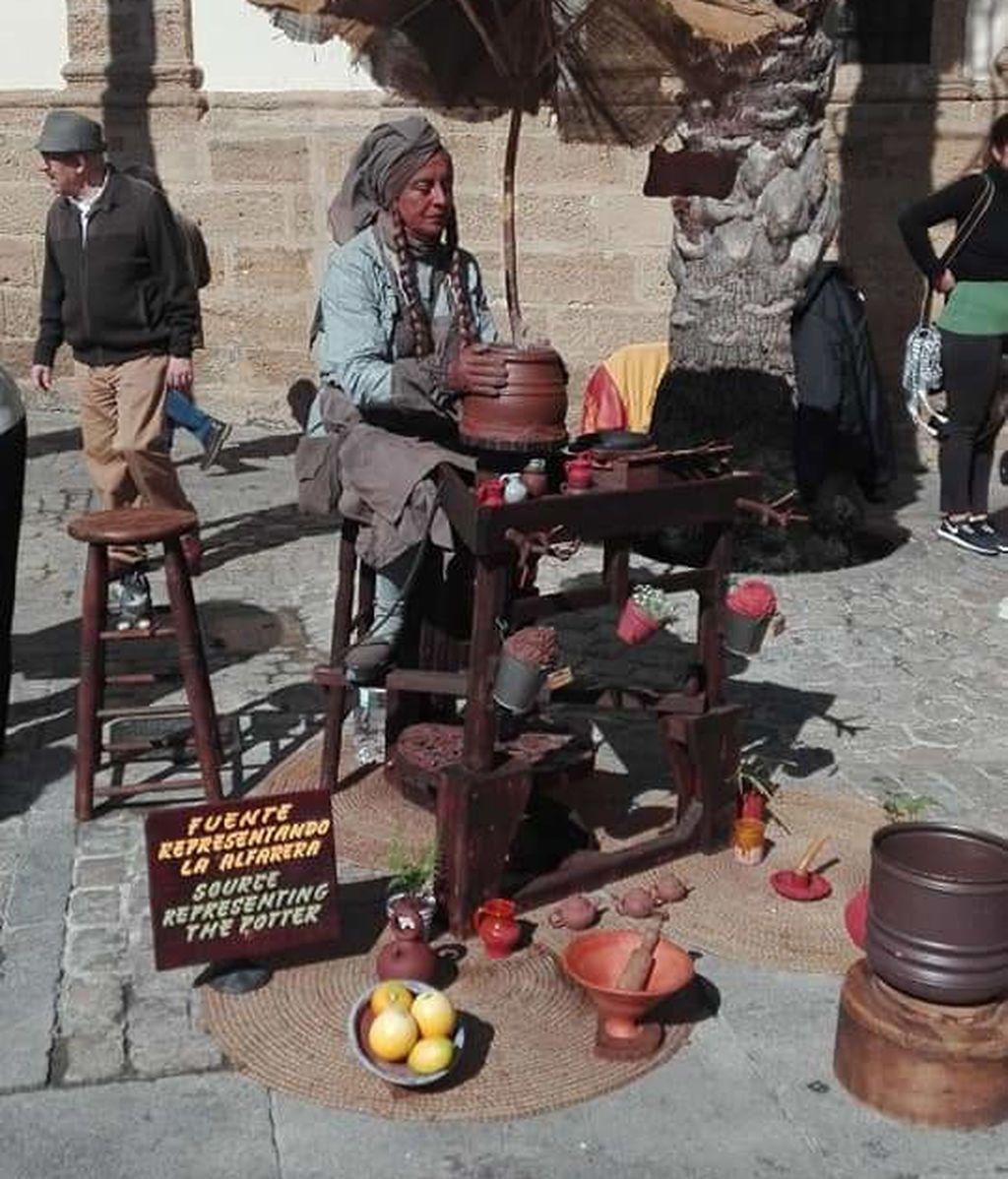 La mujer de César, Alicia, es la alfarera de la plaza Lope de Vega