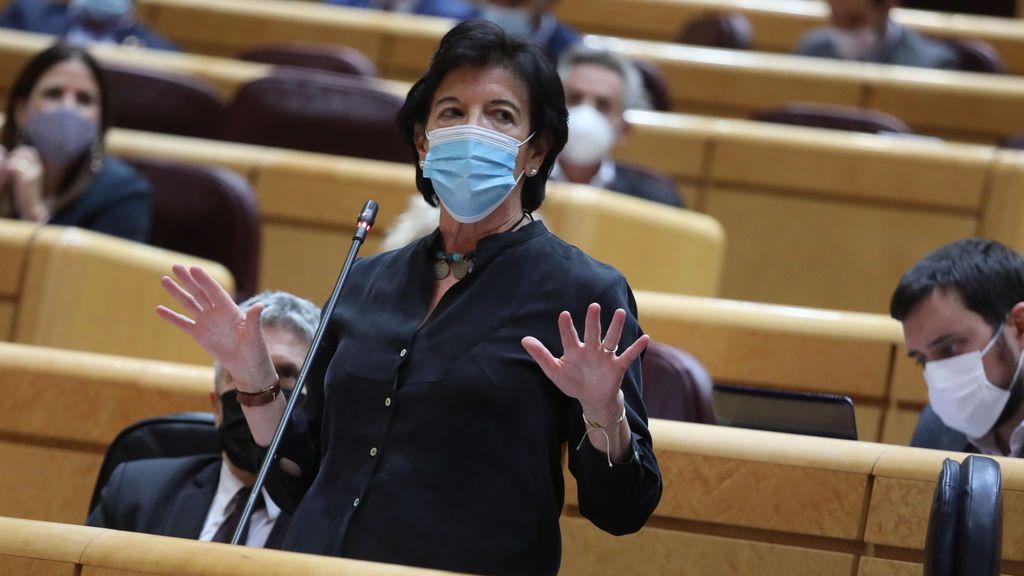 La ministra de Educación, Isabel Celaá, en la sesión de control del Senado