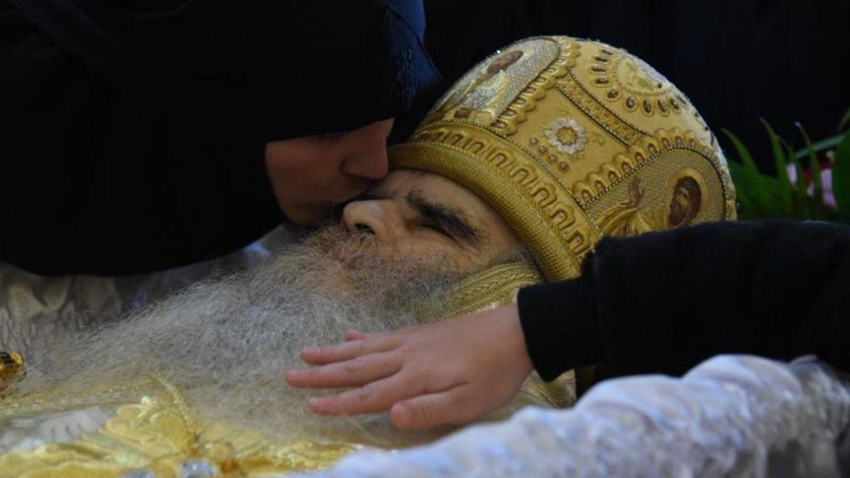El último beso con más riesgo: miles de personas se lo dan al arzobispo de Montenegro, muerto de coronavirus