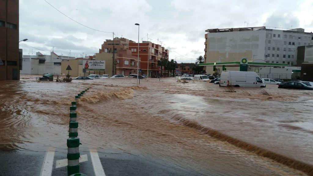 La población de Benifaió se ha visto anegada por agua esta tarde.