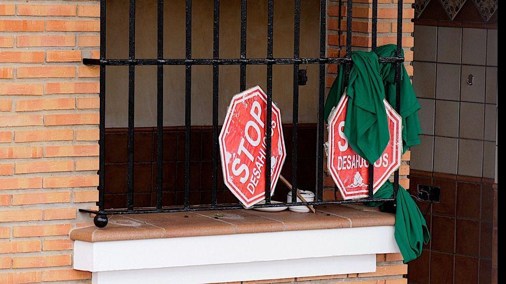 Carteles de  Stop Desahucios en la vivienda de Juan José