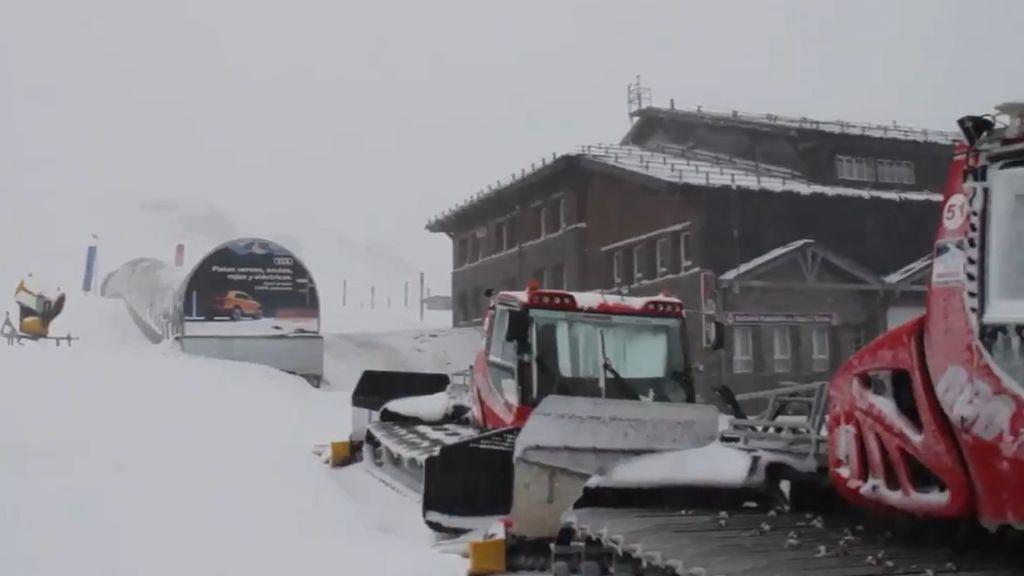 """La nieve llega a Sierra Nevada y la estación prepara su apertura con incertidumbre: """"Si el cierre perimetral se prorroga, será inviable"""""""