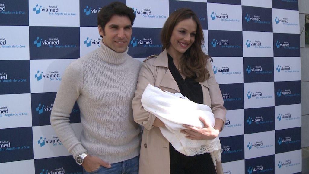 Eva González y Cayetano Rivera presentan a su hijo