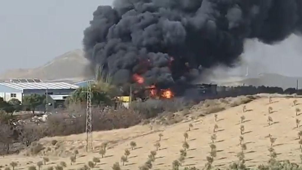 Un incendio en un desguace de El Padul provoca la alarma en Granada