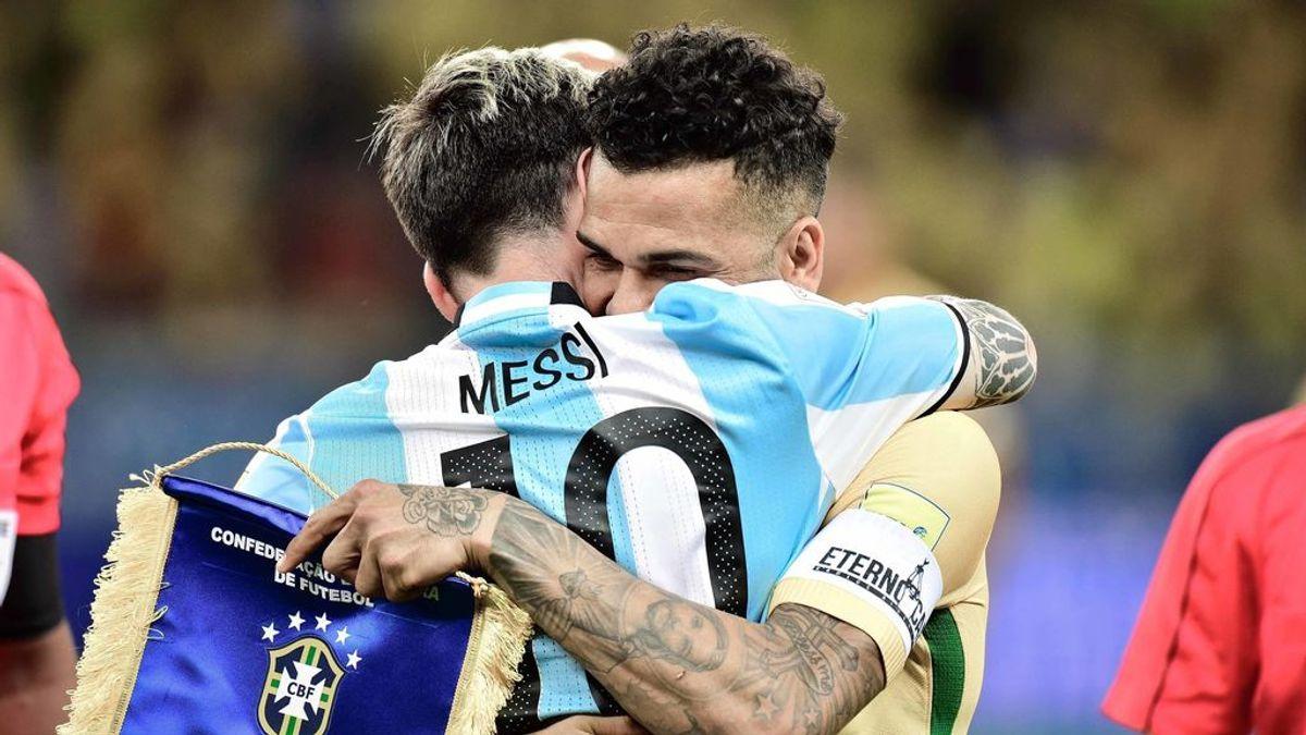 Messi y Dani Alves se abrazan antes de un Argentina - Brasil.