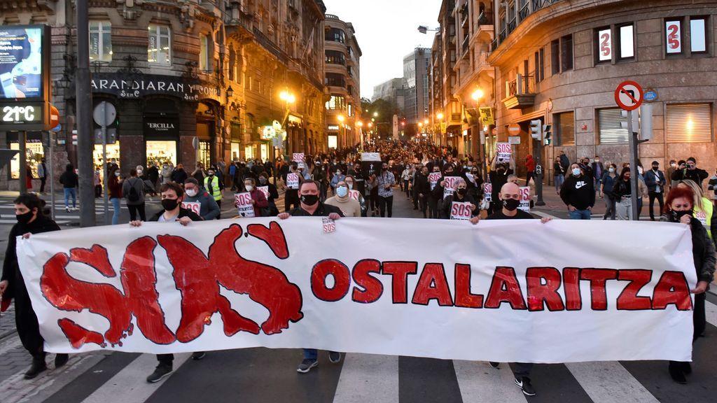"""Miles de hosteleros vascos toman las calles: """"No podemos más"""""""