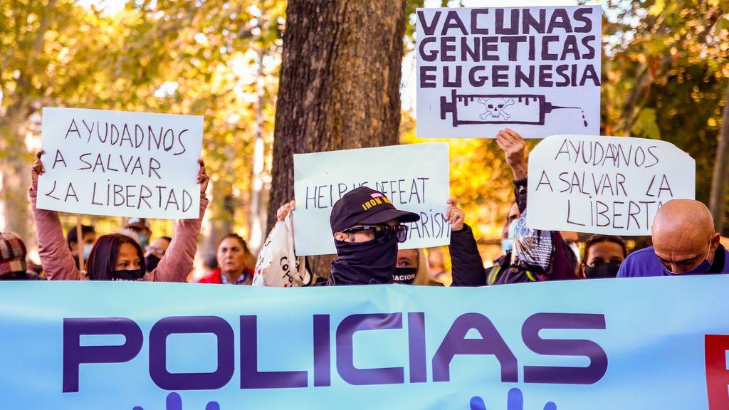Una manifestación de policías negacionistas recorre Madrid para mostrar su rechazo a la vacuna contra la covid-19