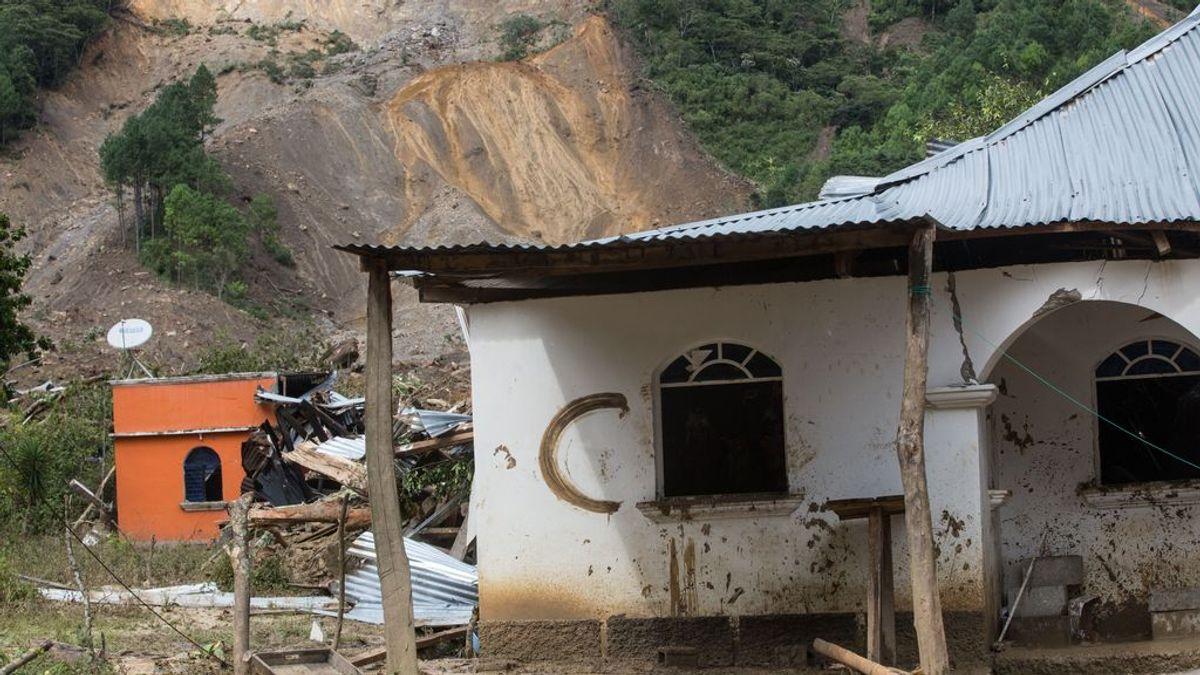 Se enfrenta al huracán 'Eta' por amor: arregla el tejado en medio de la tormenta para proteger a su mujer