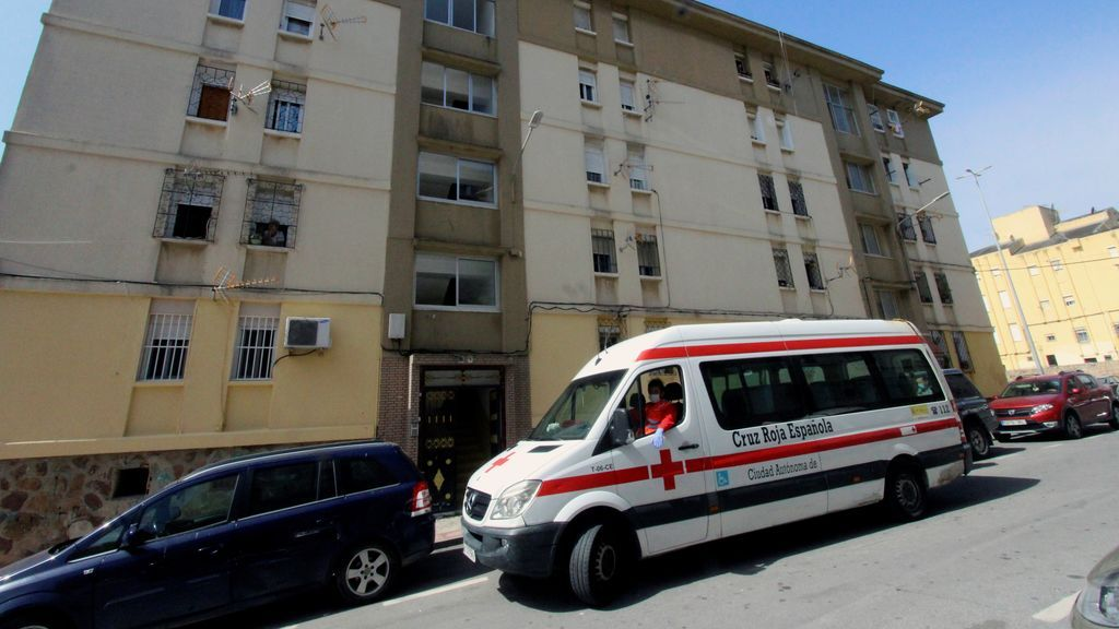 Furgoneta de la Cruz Roja frente a edificio de Ceuta