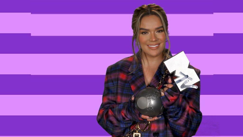 Karol G aceptando su MTV EMA