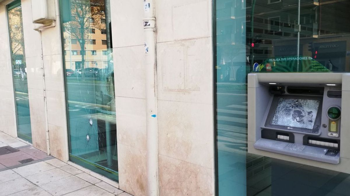 Batalla campal en Pamplona entre policía y radicales 'abertzales' contrarios a las restricciones del covid