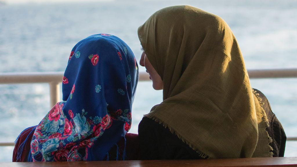 Dos chicas mirando al frente