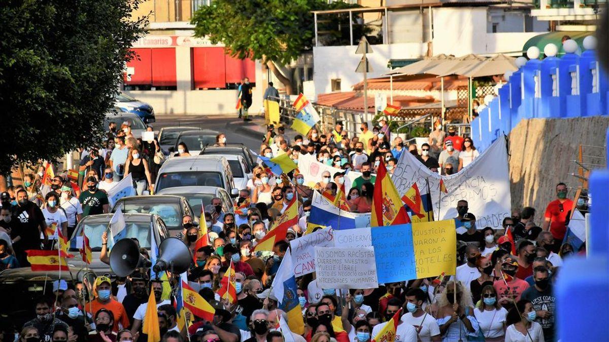 Varios cientos de personas se manifiestan para pedir el cierre de un campamento de migrantes en Gran Canaria