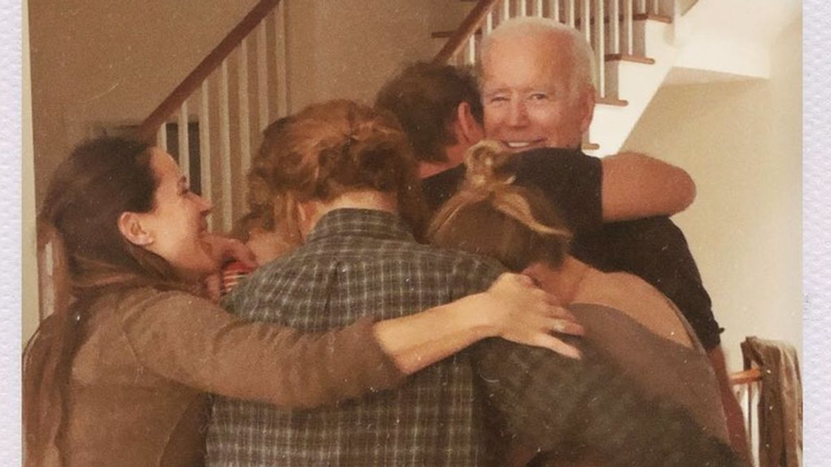 La foto más íntima de Joe Biden tras su victoria en las elecciones: el abrazo familiar más emotivo