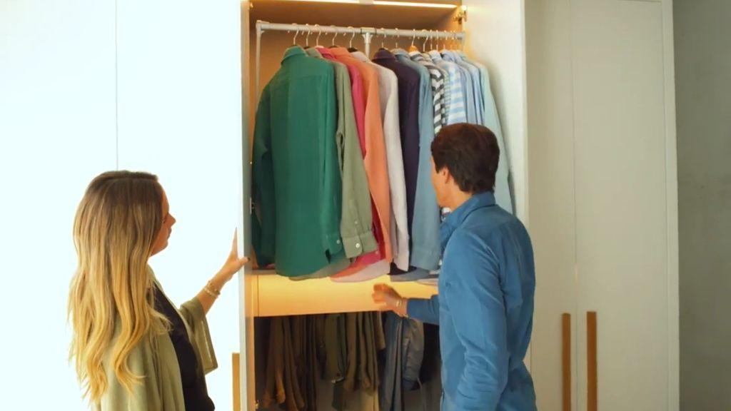 María y Pablo enseñando los armarios de su cuarto