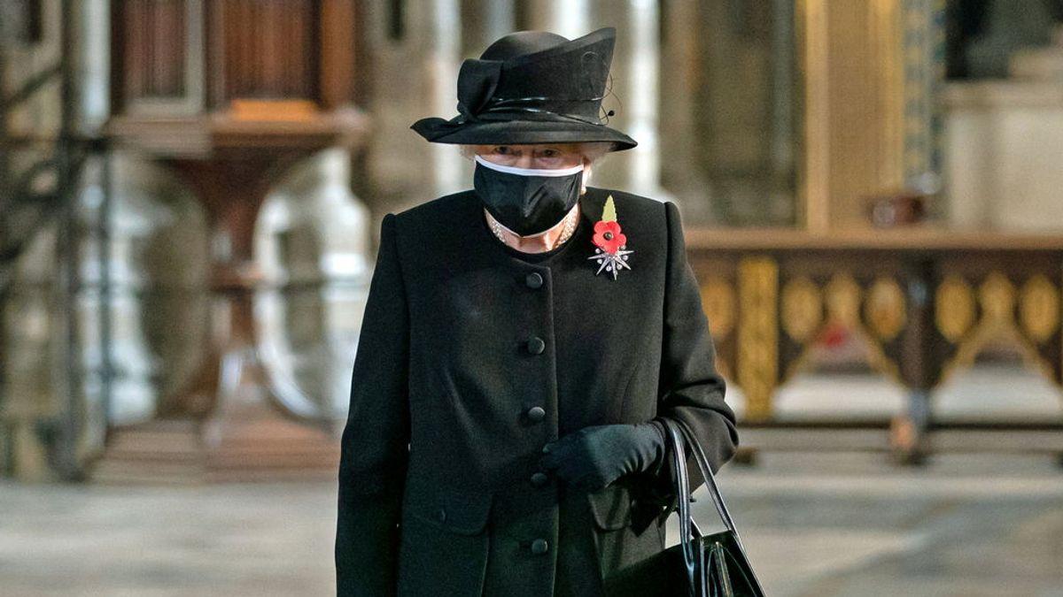 Tras el positivo del principe Guillermo, la reina Isabel II se muestra con mascarilla