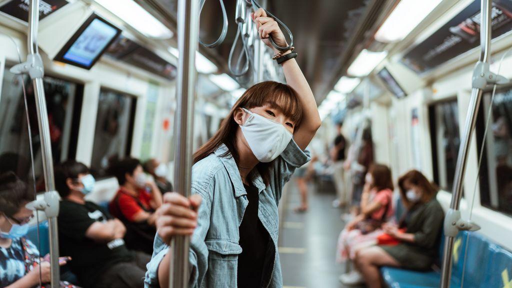 Se recomienda evitar las horas punta en el transporte público.