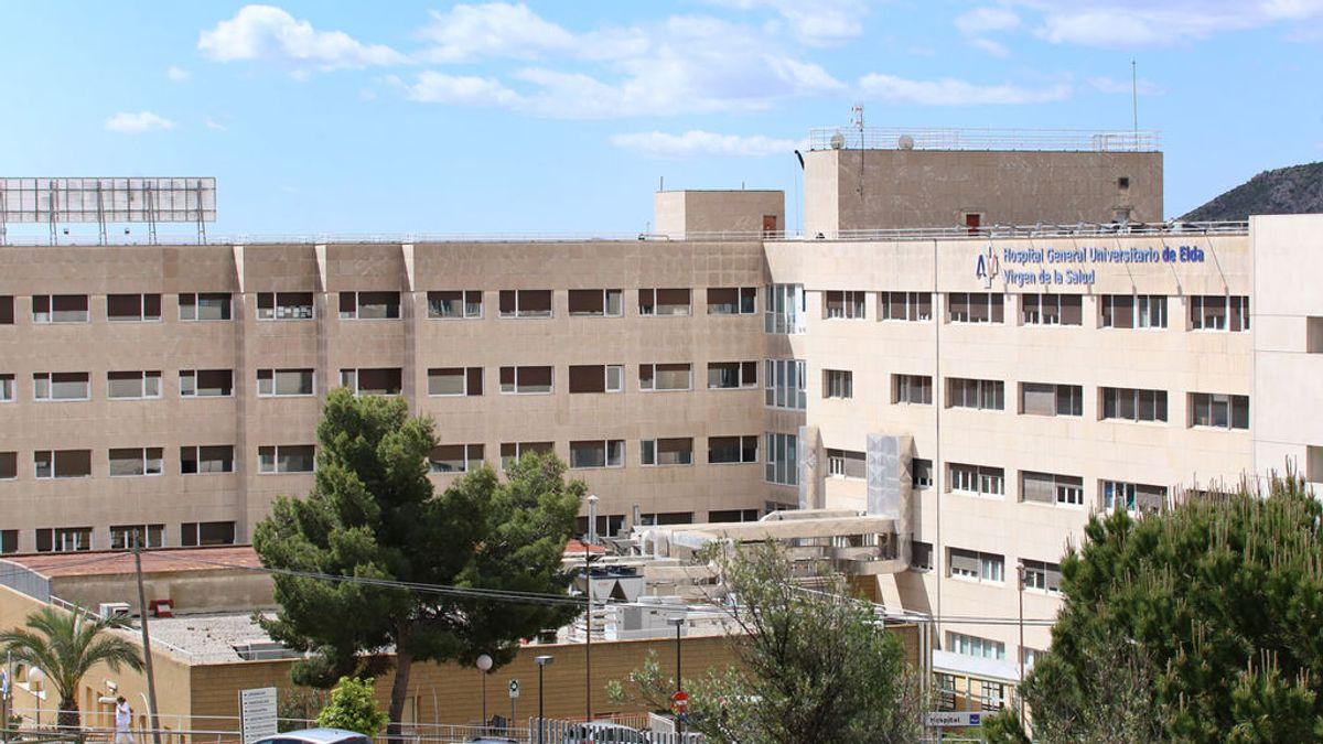 Aitor acudió junto a su madre tres veces al Hospital de Elda, donde no le atendieron de forma adecuada.