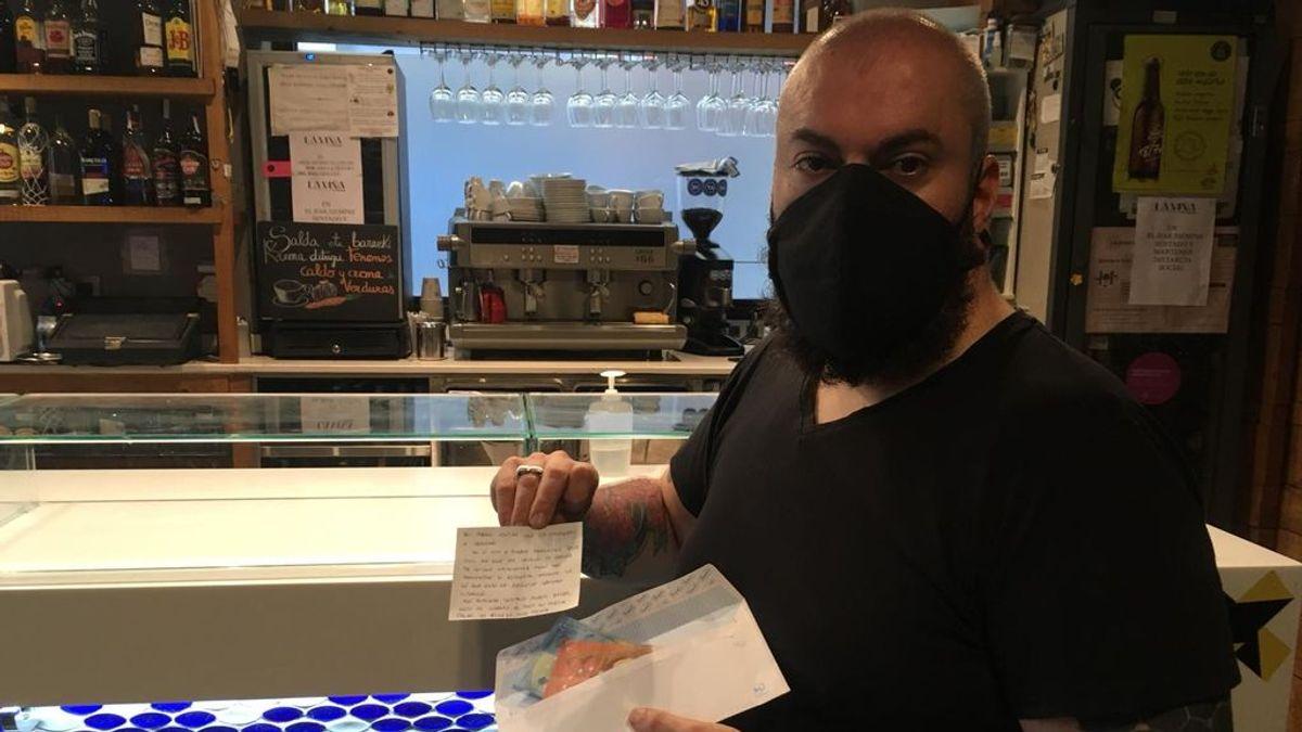 Un cliente anónimo deja pagado su café diario en un bar bilbaíno cerrado por la clausura del sector en Euskadi