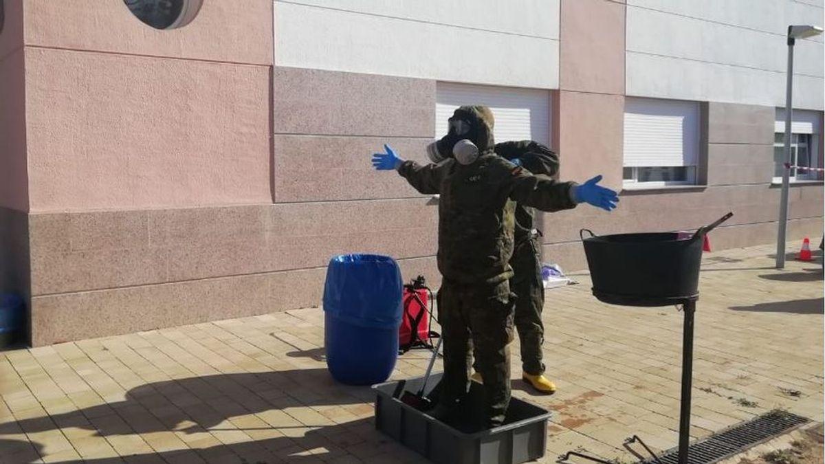 Militares especializados en combatir efectos nucleares desinfectan la residencia de Petrer, en Valencia