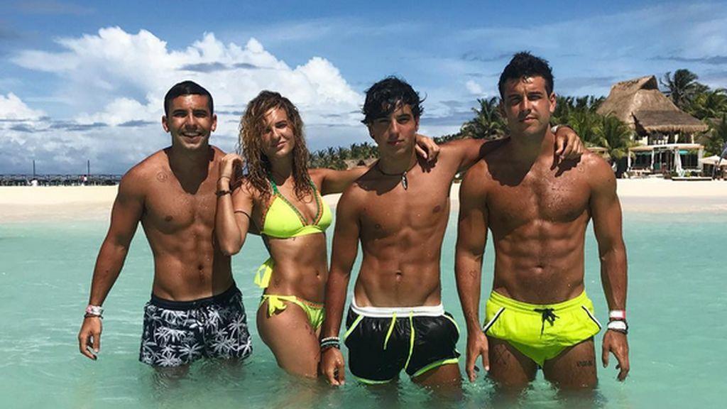 Sheila, Christian, Óscar y Daniel, los cuatro hermanos de Mario Casas que trabajan con él y son su pilar.