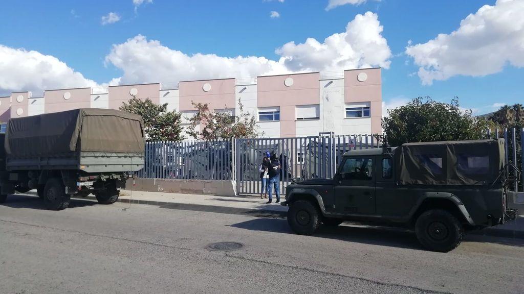 El Regimiento de Defensa ha desinfectado esta mañana la residencia La Molineta de Petrer, Alicante.