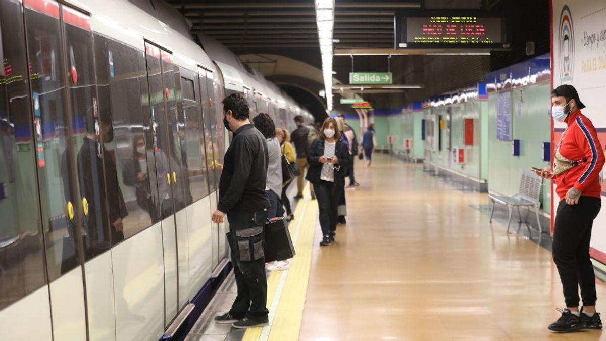 ¿Cuántos contagios menos habría si nadie hablase en un vagón de metro? Un estudio responde
