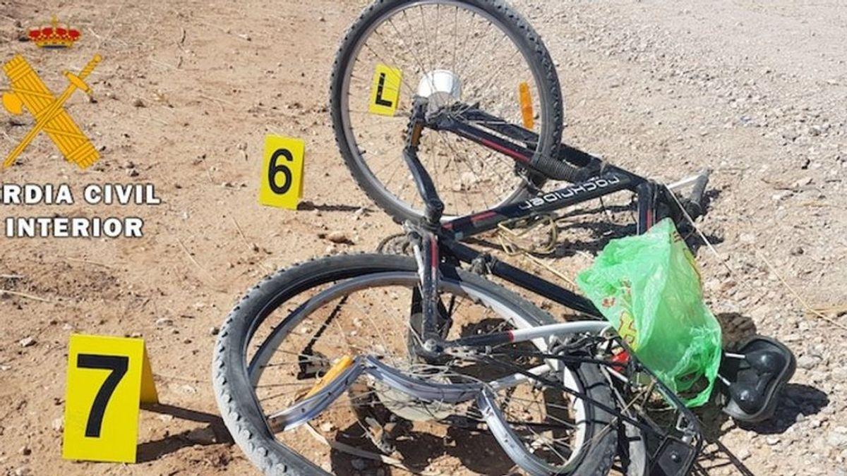 Detienen al presunto autor del atropello a un ciclista que escribió en la arena su matrícula en Almería