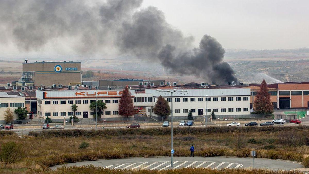 Un trabajador, en estado crítico tras desatarse un incendio de grandes dimensiones en una empresa química en Oion