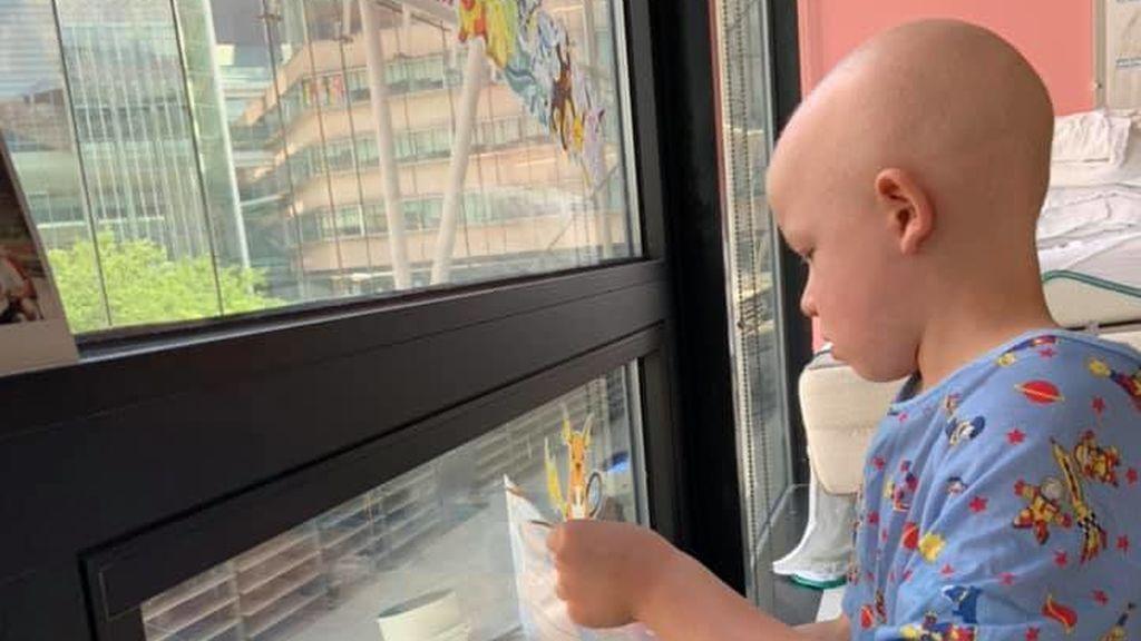 El precioso reencuentro de un niño con sus hermanos tras 75 días aislado recibiendo quimioterapia
