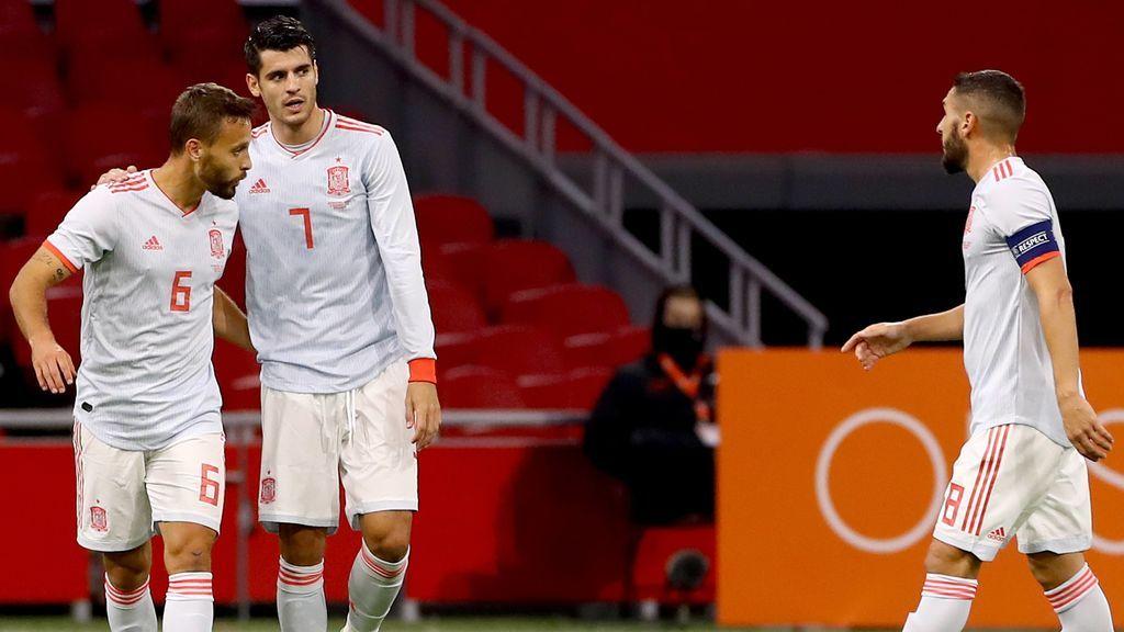 Morata felicita a Canales tras su gol a Holanda.